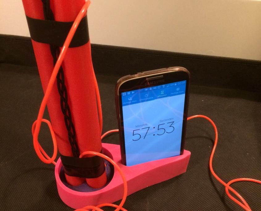 annivbox-escape-game-anniversaire-enfants-formule-box-toute-prête-bombe-à-désamorcer-avec-smartphone